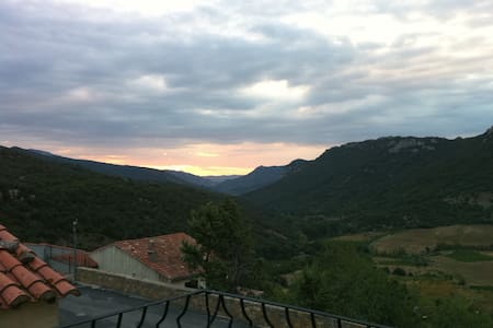 Spacious home in picturesque French village - Duilhac-sous-Peyrepertuse - 独立屋