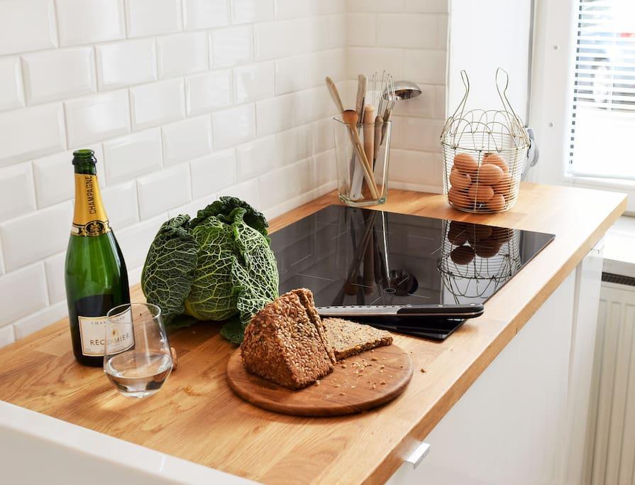moderne, helle Küche mit Spülmaschine