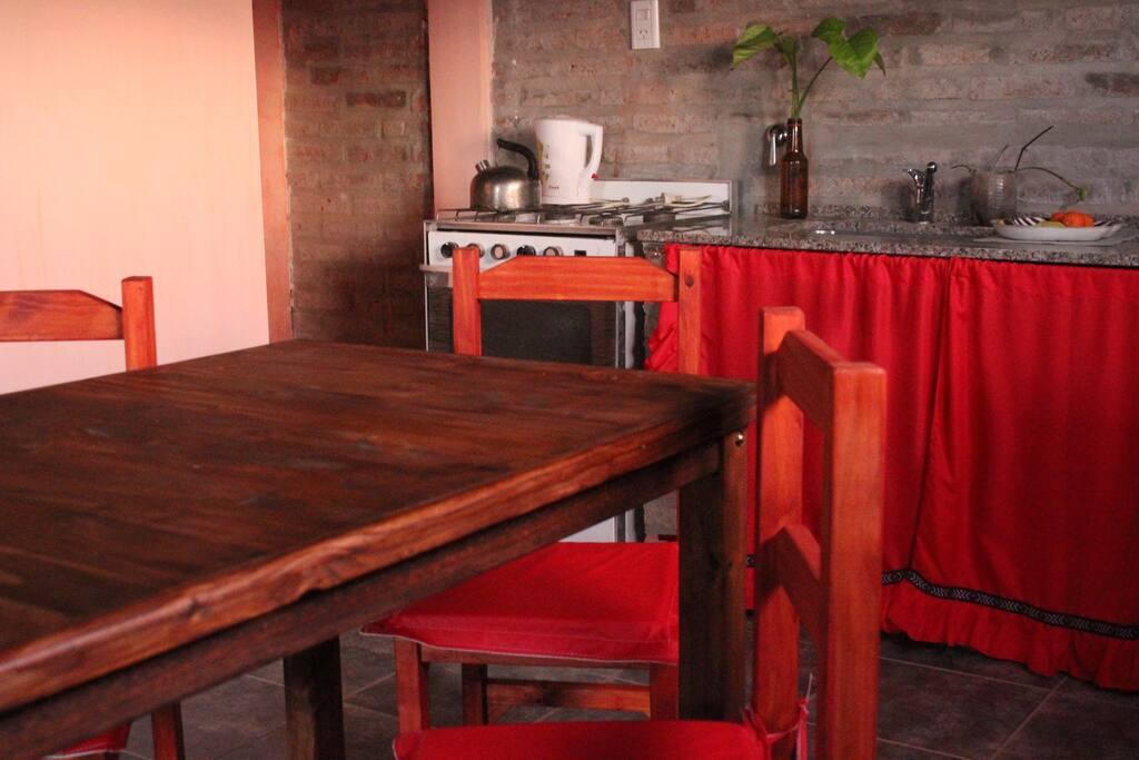 Cocina-comedor en rojo.