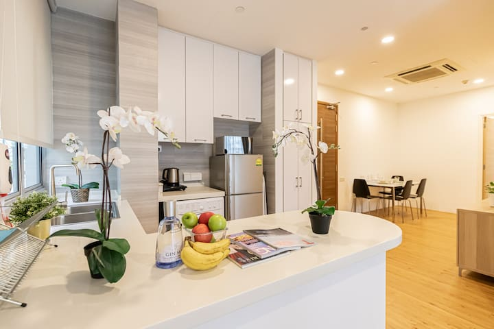 Large 2-bedroom apartment in orchard near subway