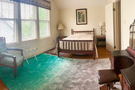 Private entrance, Charming Valley St Apartment