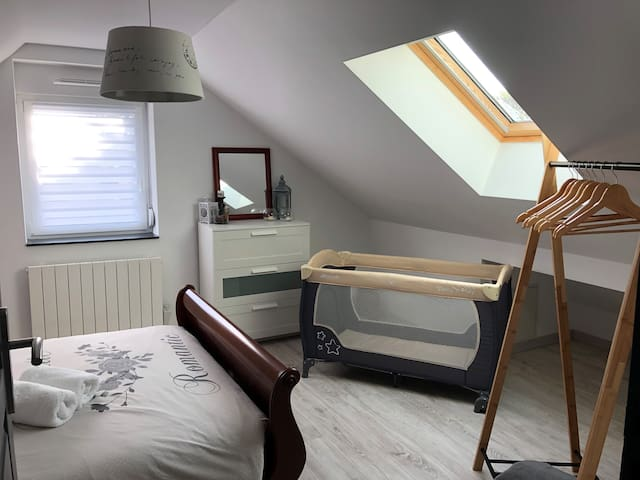Chambre 1 avec lit double et possibilité de lit bébé