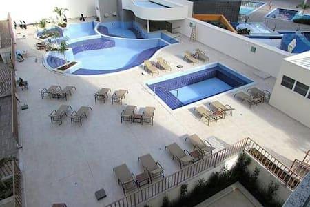 Flat com 04 piscinas de água quente e 01 fria!
