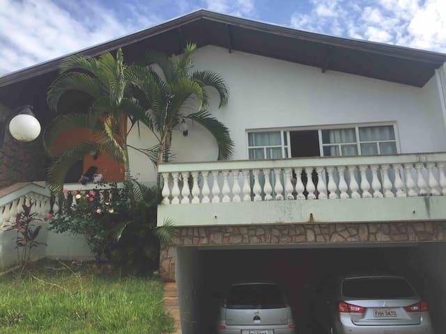 Casa grande com ótima localização