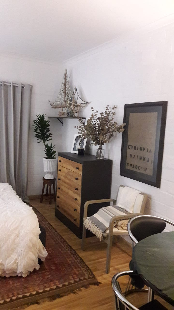 Private Bachelor flat minutes from shops and beach
