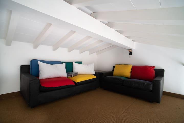 Mansarda con 1 divano letto matrimoniale