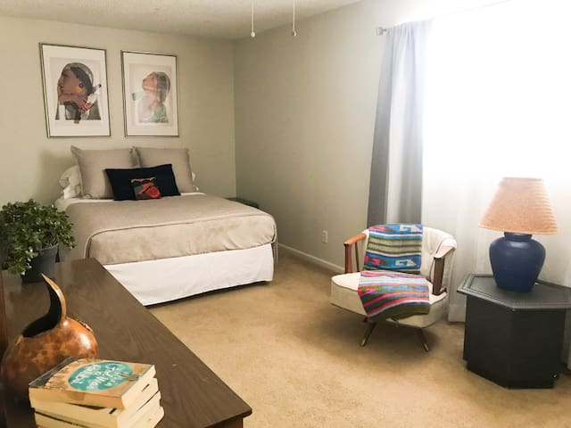 Large bedroom in newly renovated home near Zion