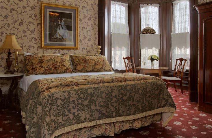 Ira Russ Room-201 - Victorian Inn