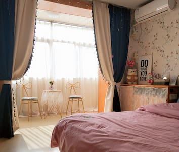 青涩时光民宿ins小清新风格,超大镜子,拍照头饰,床品一客一换。白天阳光明媚,夜晚灯火璀璨。