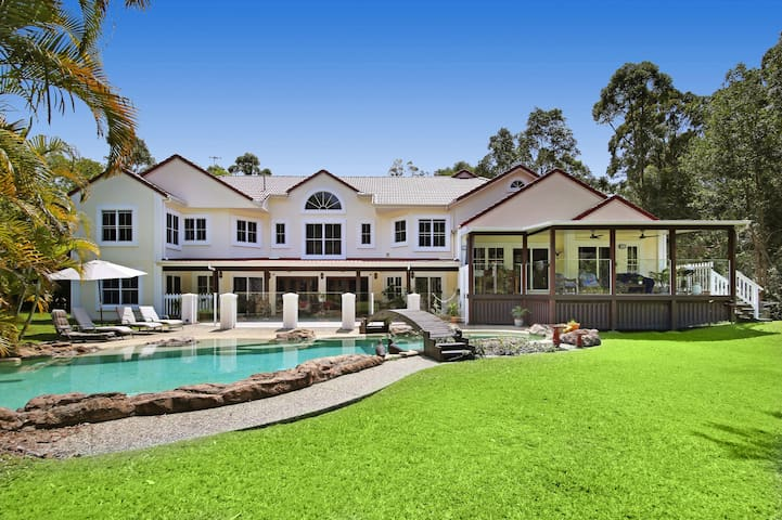 English Manor House. Beautiful en-suite room with Rain Forest Setting Close to Noosa