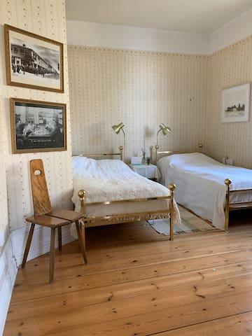 Fjärde sovrummet på nedervåningen, två sköna enkelsängar och utsikt mot skogen på sidan av huset. Kan enkelt sättas ihop till dubbelsäng med en madrass istället om man vill det.