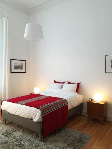 """Chambre """"rouge"""" vintage dans maison bruxelloise"""