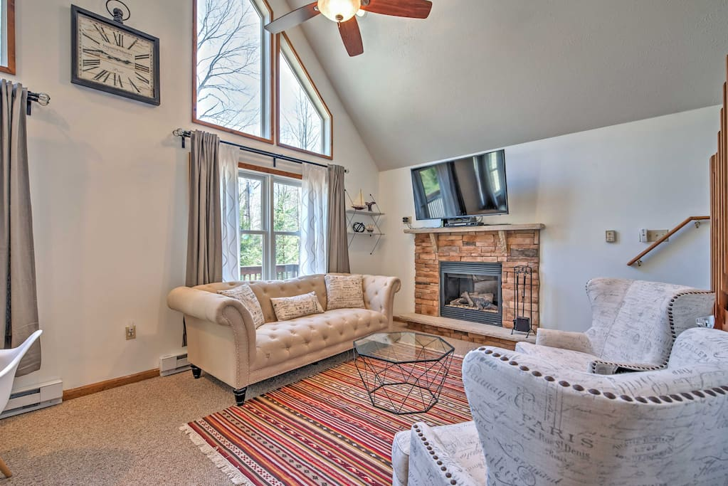 The living room offers you and your loved ones a relaxing retreat after long days on the lake, featuring a flat screen cable TV, gas-burning fireplace and comfortable furnishings.