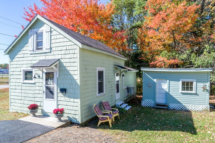 """""""The Cozy Cottage in the heart of Freeport Village"""