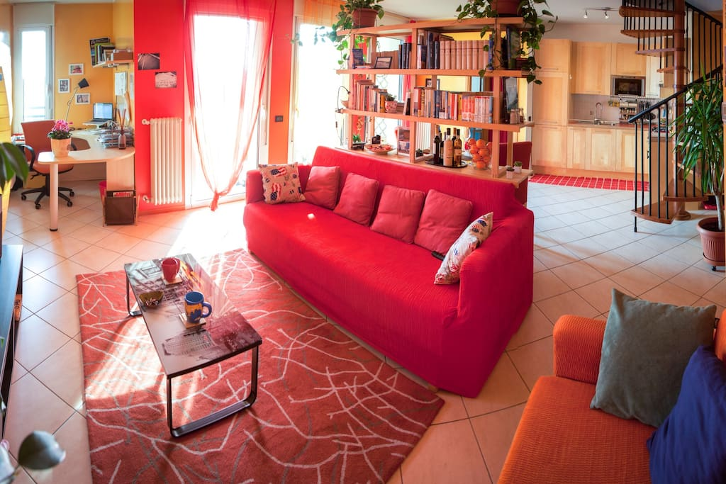 Panoramic view of the lounge and the kitchen/panoramica salotto-cucina-studio