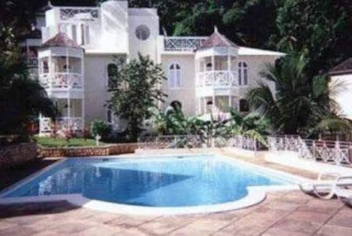 Villa Serenity-hand sanitiser and masks provided
