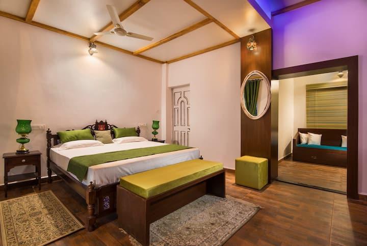 Private Room in a Luxury Villa w/Swimming pool