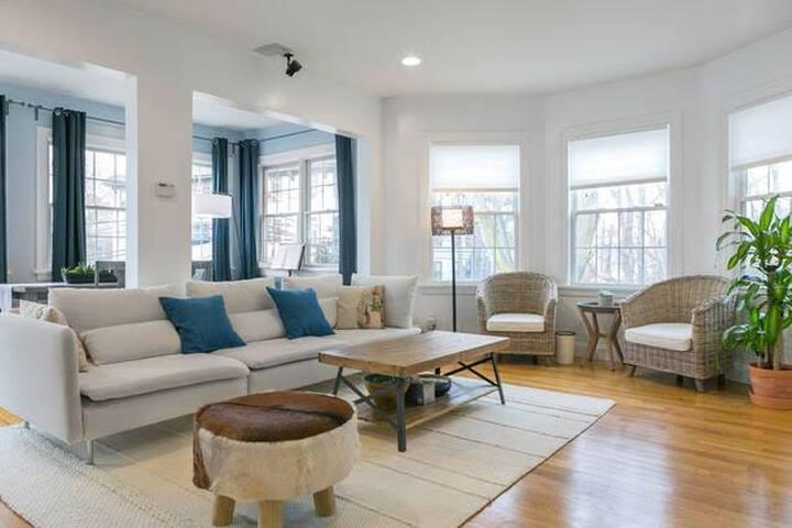 波士顿别墅超大主卧  带全套高档现代美式家具    私人卫生间和衣帽间