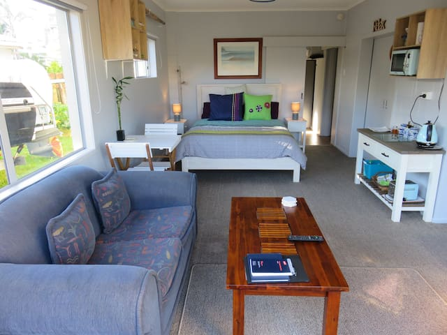 Beachside self contained room with prvte bathroom - Papamoa - Huis