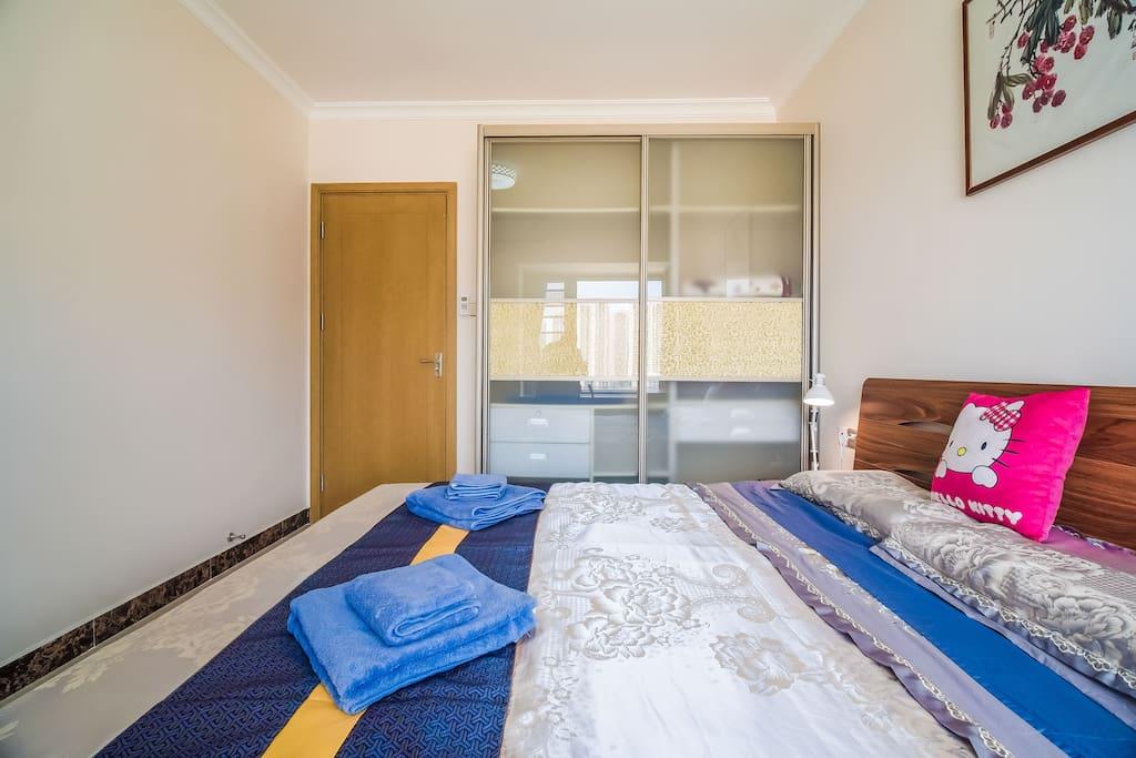 主卧配1.8米大床及整体衣柜