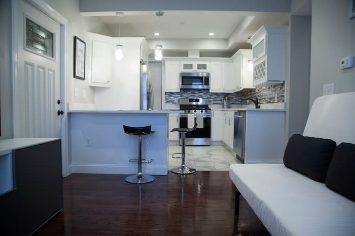 Luxury One Bedroom Condo,Eagle-hill area