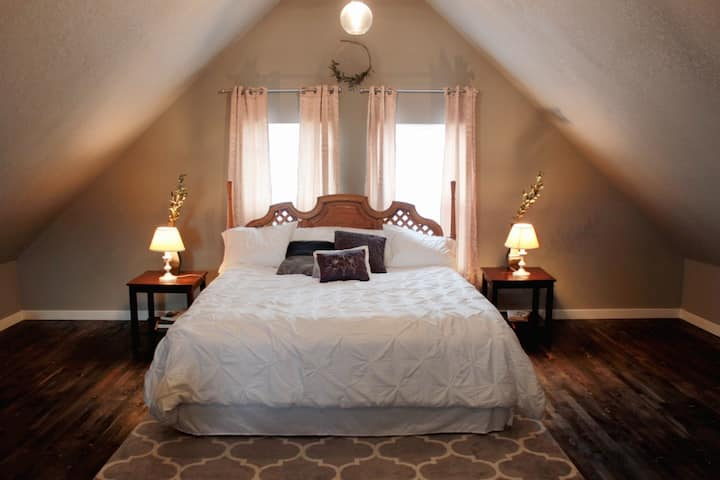 King Bed Loft near groceries, hospital, & downtown
