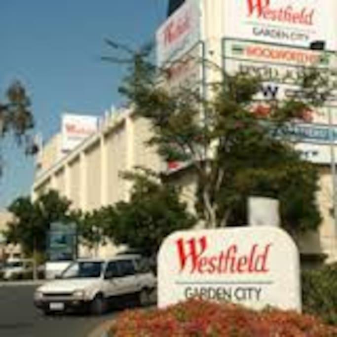 步行5分钟到达westfield garden city shopping mall and bus station. 南区最大的商场和公车总站,可直达airport 机场和QLD各个地区