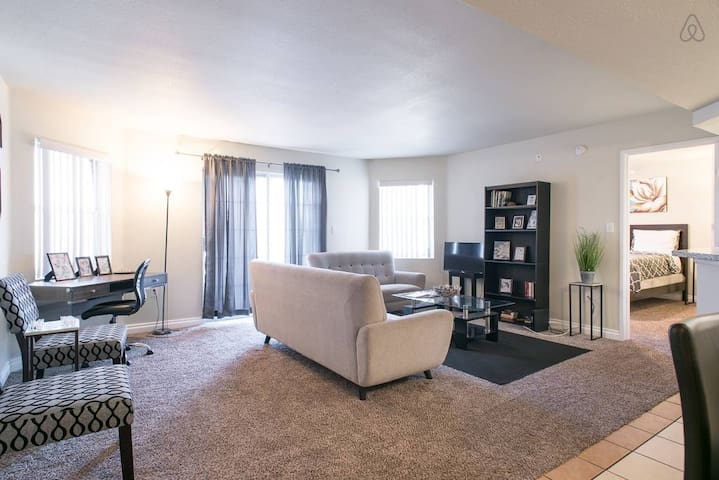 Private Central Hideaway By Strip & Convention Ctr