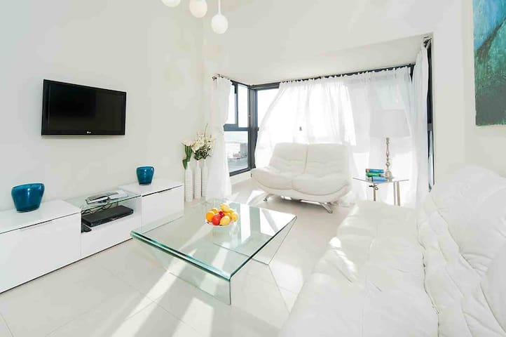 GLORIOUS renovated apartment on top of the beach
