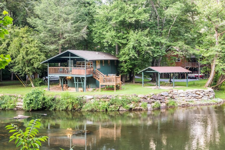Cottage on the Tuckasegee River w/ hot tub, firepit & covered picnic area