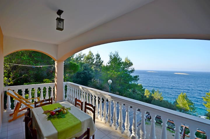 Two Bedroom Remote cottage, beachfront in Prigradica