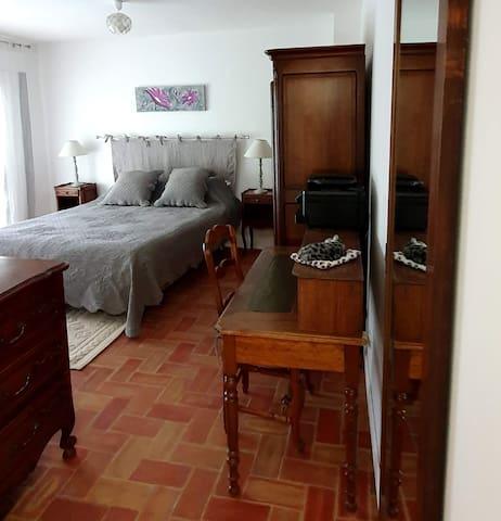 Chambre Cezanne un lit en 160 avec balcon et coin bureau. imprimante à disposition.