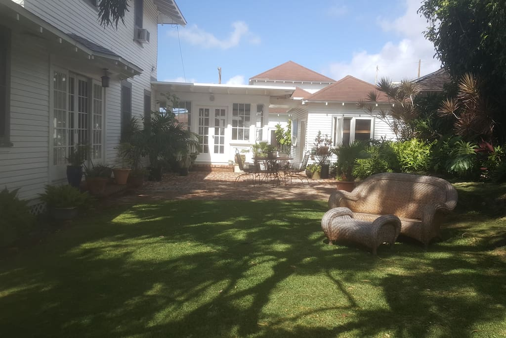 Shared outdoor patio with Pilina Cottage (on the right of photo)