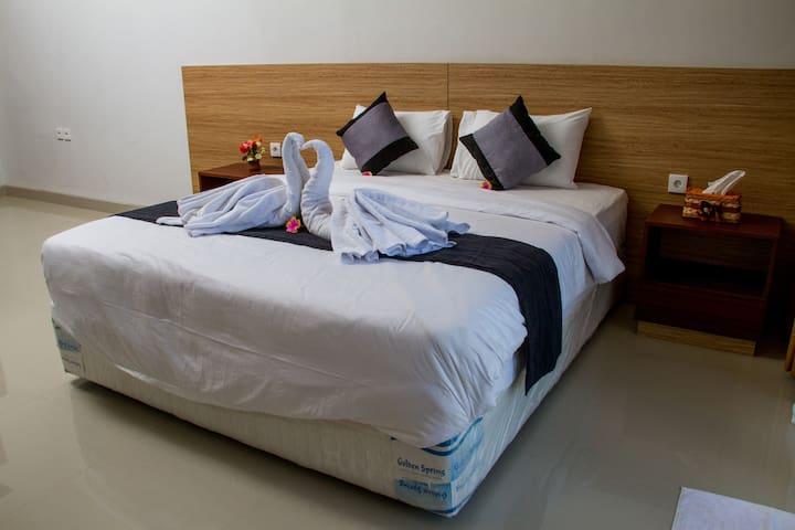 Room 11 King-size Bed near Sekumpul Waterfall