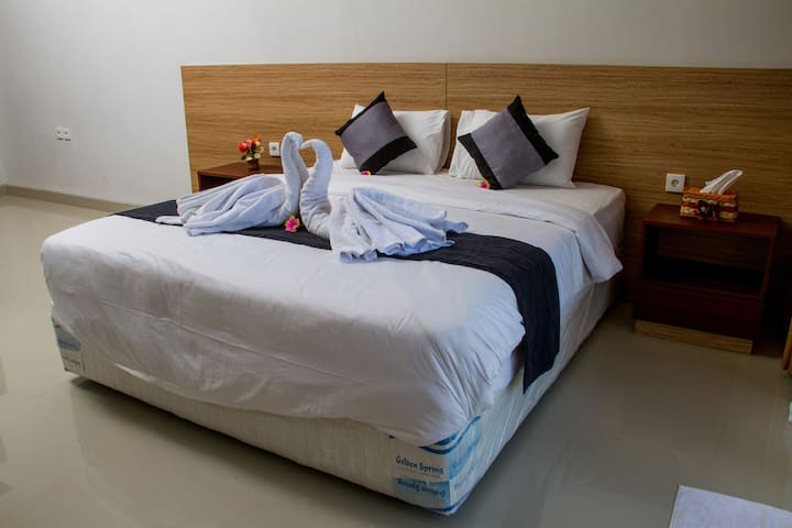 Room 11 King-size Bed near Sekumpul Waterfall