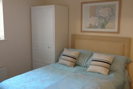 Flat with double room, large lounge and kitchen - Bath