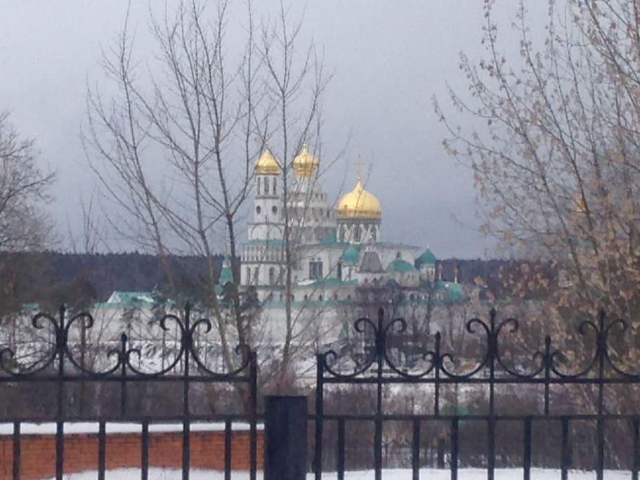 Из террасы вид на новоерусалимский монастырь