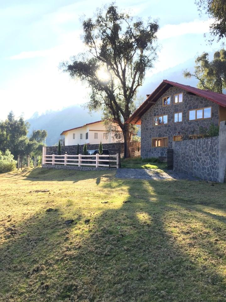Casa estilo cabaña, con vistas a los volcanes.