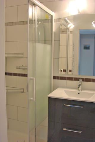 vue de la douche située à l'étage avec sèche serviettes