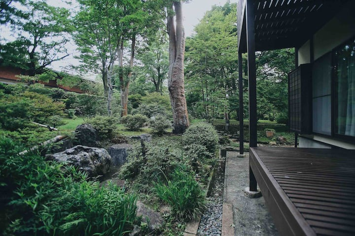 憧れのにごり湯源泉かけ流しと日本庭園まるごと貸切り~満来箱根山荘~