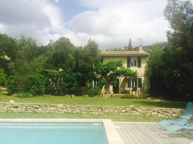 JOLIE BASTIDE PROVENCALE belle piscine et jardin