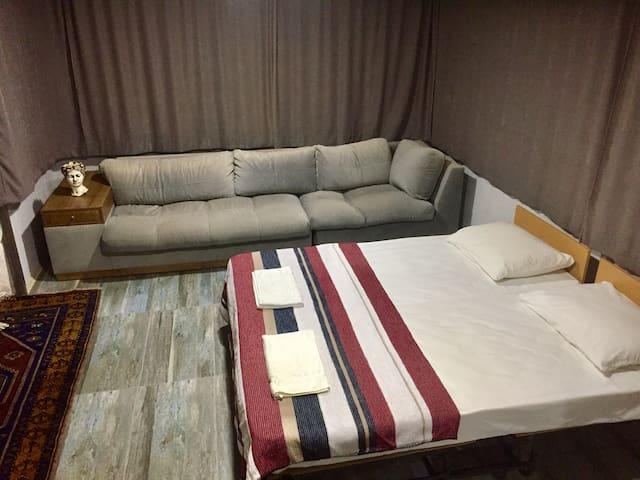 Dairemiz de 2 adet tek yatak ve birde 250cm*90cm  1 adet aşırı rahat kanepe bulunmaktadır.Kanepe yatak olmamaktadır..