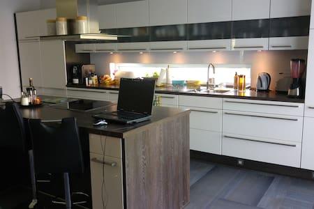 Zimmer mit Doppelbett und Klapp(Schlaf-)couch - Leipzig