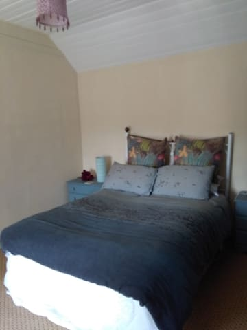 Double room in quiet country cottage with internet - Glendree - Ev