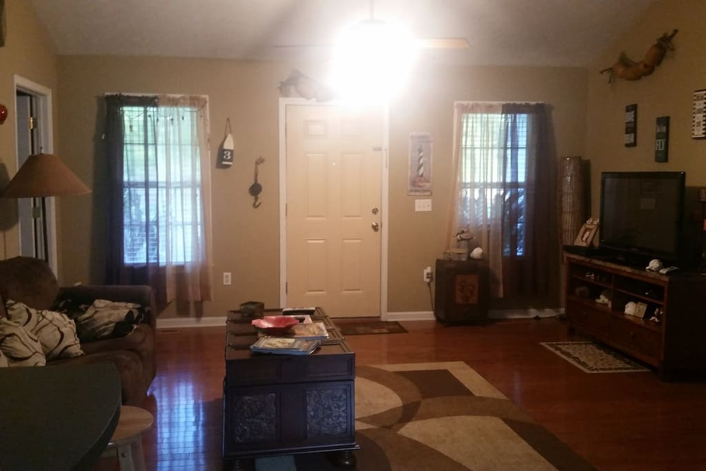 """LIVING ROOM WITH 46"""" TV CABLE, DVD PLAYER"""