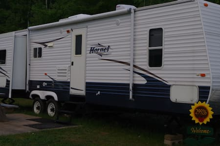 Beautiful 32 foot Hornet Travel Trailer(RV)