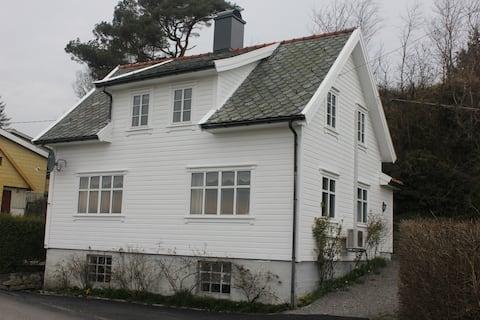 Røyksund i Karmøy. Landlig hus sentralt plassert.