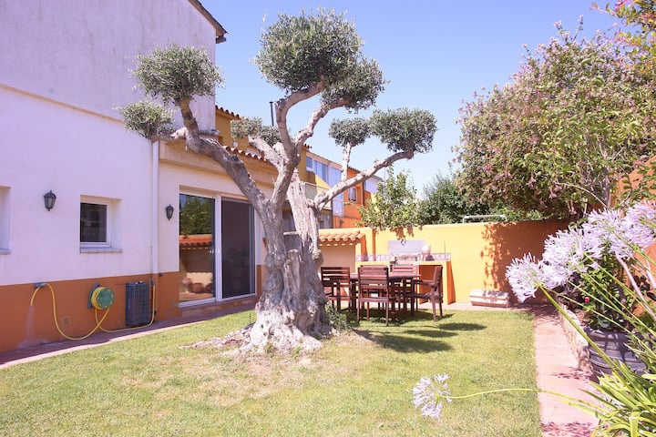 Boutique holiday home in Sant Pere Pescador with garden and garage