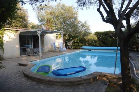 studio indépendant à Bezouce avec piscine privée - Bezouce - House