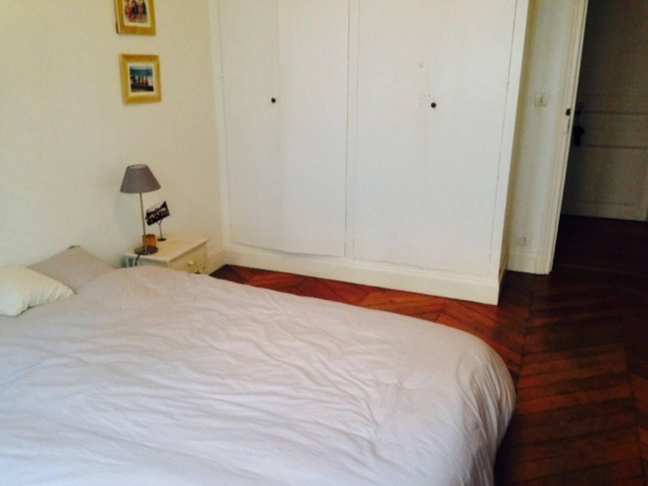 Charmante chambre avec lit double, dans les tons de gris et blanc. Lumineuse, parquet au sol et placard disponible. Petit bureau avec chaise pour travailler .